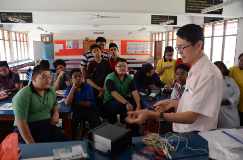 Students paying close attention to demo by   UTAR mentor.Mr Chua Kein Huat.jpg